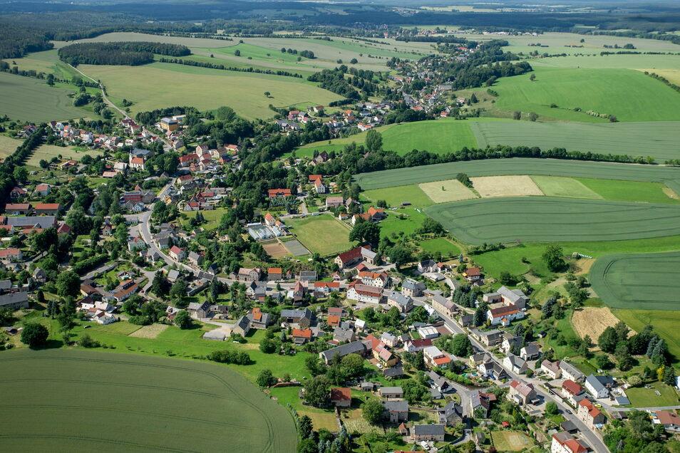 Oberlichtenau, ein Ortsteil von Pulsnitz, von oben. Es ist zu erkennen, wo Wohnhäuser stehen und wo es landwirtschaftliche Flächen gibt. Der Flächennutzungsplan legt so etwas genau fest.