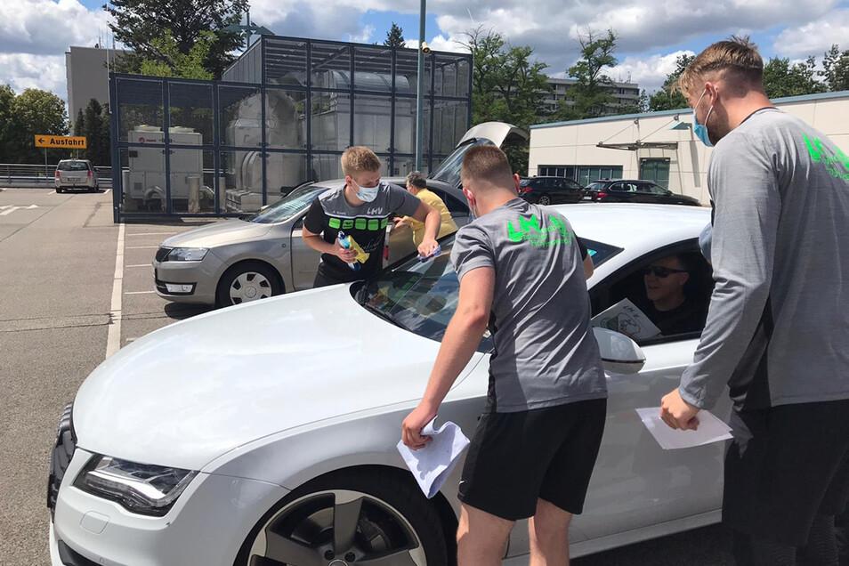 Eine Aufgabe bei der LHV-Schnipsel-Jagd war es, die Auto-Frontscheibe von zehn Besuchern des Lausitz-Centers zu putzen. Diejenigen, die das zuließen, bekamen nicht nur einen klaren Durchblick, sondern auch eine Freikarte für ein LHV-Spiel.