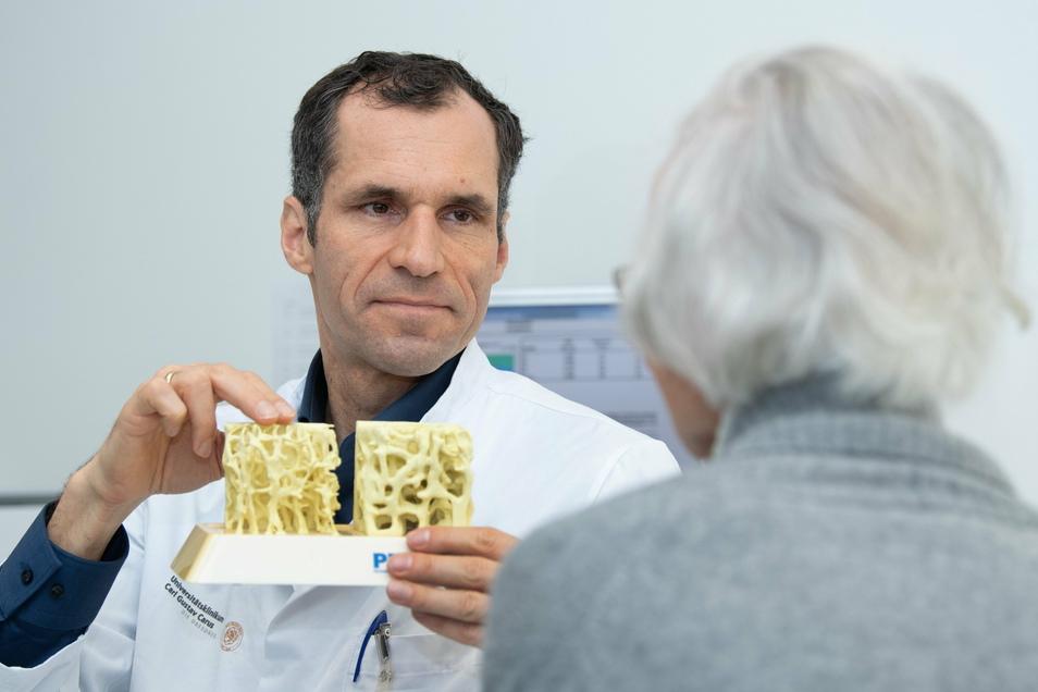 """Prof. Lorenz Hofbauer ist Internist und Endokrinologe. Er beantwortet in der SZ-Kolumne """"Gesünder Altern"""" Leserfragen."""