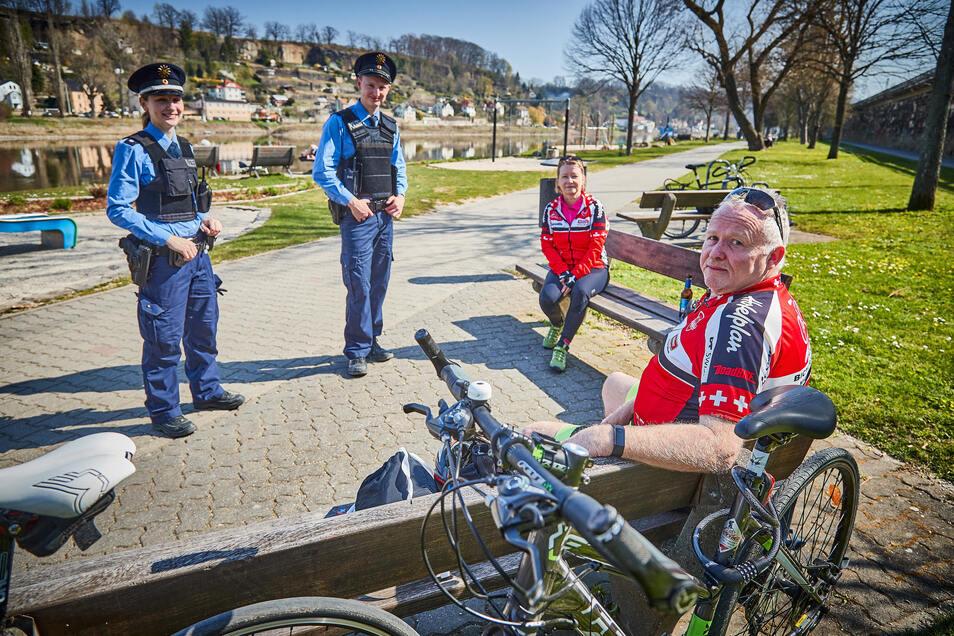Heidi und Andreas Hegewald sind vom Blauen Wunder nach Pirna geradelt. Kurze Pause, dann geht es retour. Die Polizei hat nichts einzuwenden.