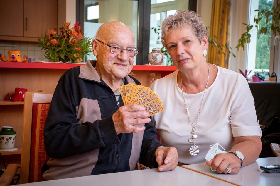 Carola Pönitz hat ihre Ausbildung im Pflegeheim Technitz 1981 begonnen. Damals war Heinz Leichsenring Leiter der Einrichtung. Jetzt ist er als Bewohner zurückgekehrt.
