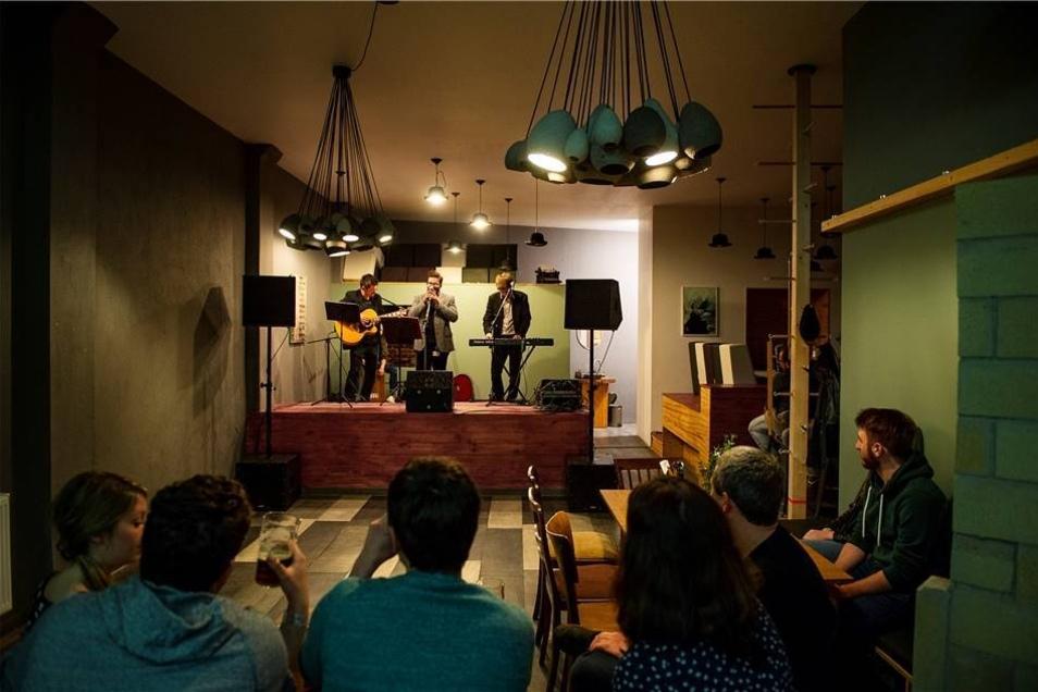 In einem sehr intimen Rahmen präsentierte sich das polnische Trio Kwarta w nocy auf der Bühne im Jacob's Söhne in der Jakbostraße.