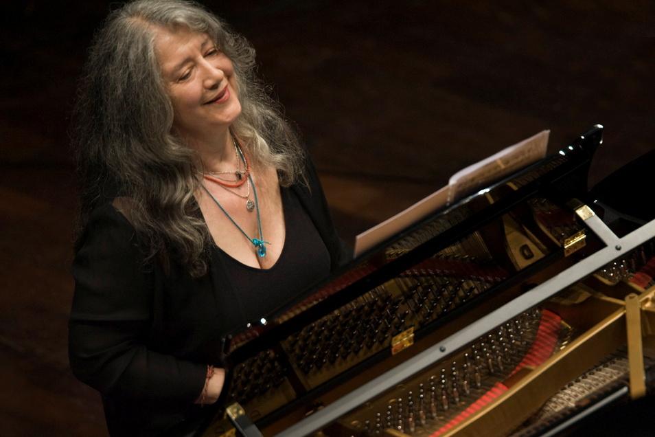 """Nach ihren umjubelten Auftritten beim letztjährigen Festival kommt die Pianistin Martha Argerich dieses Mal mit der orgiastischen Ballettmusik """"Das Frühlingsopfer"""" in der Fassung für zwei Klaviere."""
