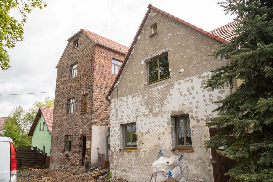 Die mit Backsteinen gebaute Wassermühle soll ein Café und ein Museum für die Öffentlichkeit bekommen. Das benachbarte Wohnhaus wird eine Herberge sein. In beiden Häusern sind bereits neue Fenster drin.