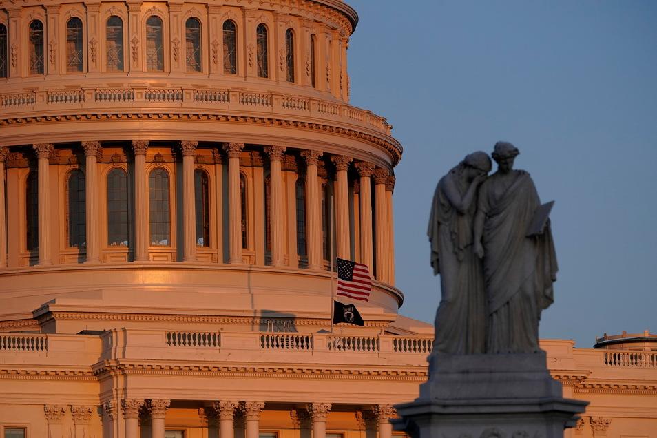 Die amerikanische Flagge weht am Kapitol auf halbmast.