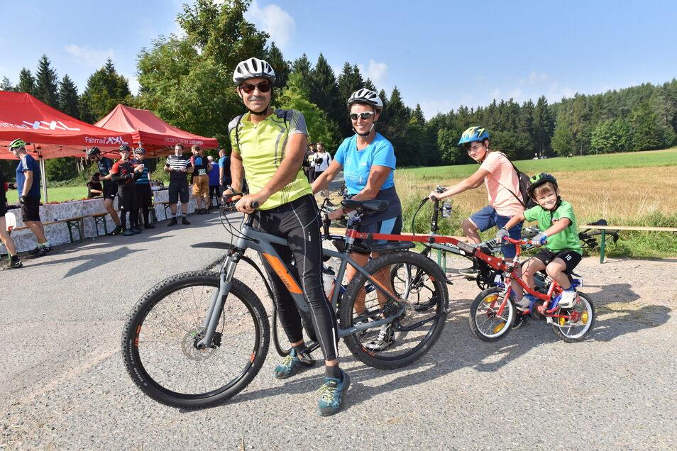Andreas und Mercedes Werner aus Kreischa unterwegs mit den Enkeln Louis und Carlos die haben Hochwaldstraße bei Oberfrauendorf erreicht.