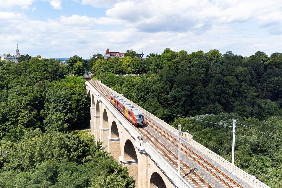 Polen hat seine Hausaufgaben gemacht und die 2003 vereinbarte Elektrifizierung der Strecke zwischen Breslau (Wroclaw) und Dresden bis auf die Neißebrücke erledigt (vorn).
