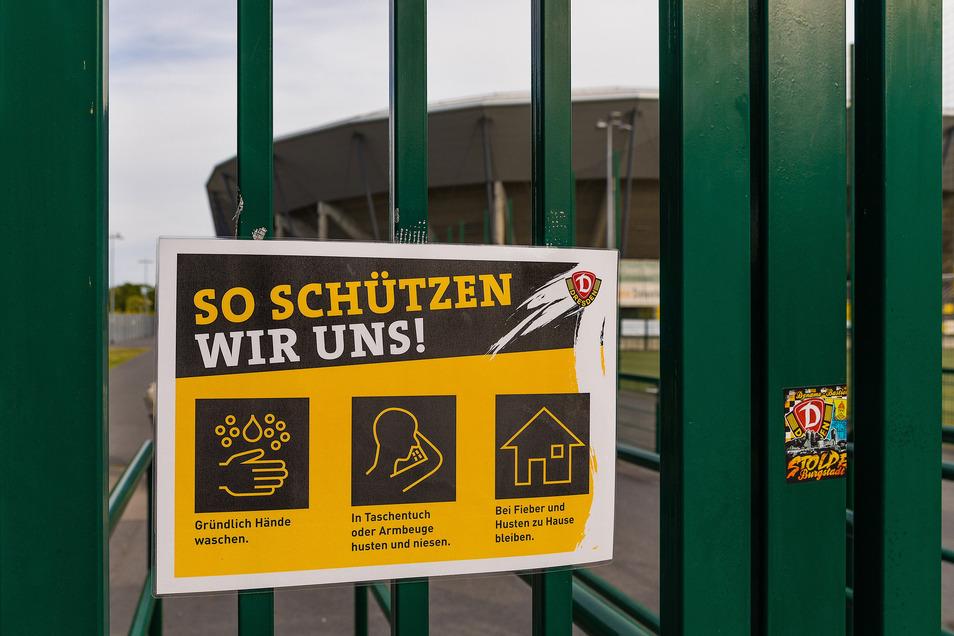 Verhaltenshinweise in der Öffentlichkeit, wie hier am Dresdner Rudolf-Harbig-Stadion, begegnen einem überall.