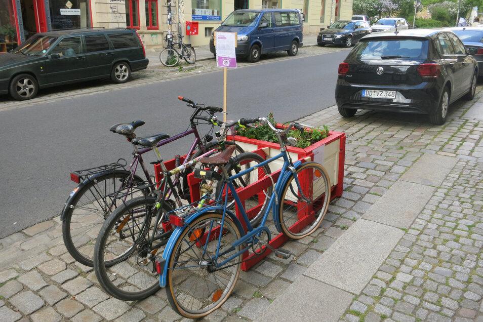 Hochbeet mit Fahrradständer an der Rudolf-Leonhard-Straße