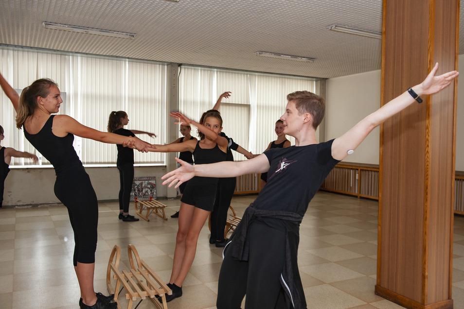 Tanzpädagogin Alexandra Herer (r.) übt mit Schülern des Tanzzirkels Großenhain eine neue Choreografie ein. Es geht um das neue Winterstück.