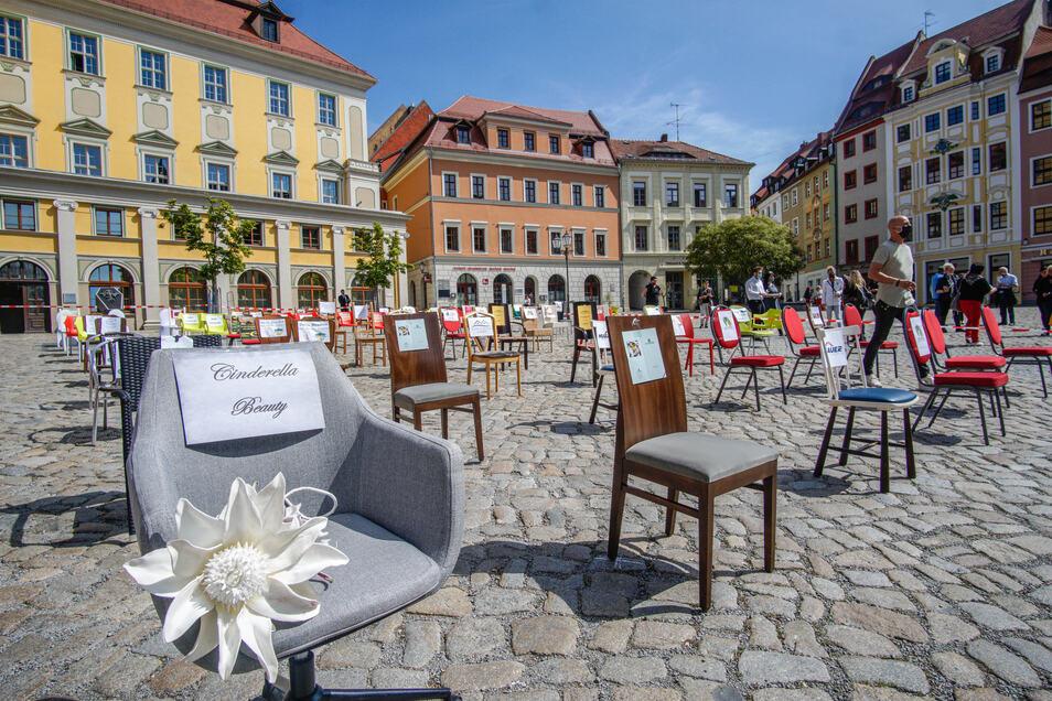 """Erst am Freitag haben Gastronomen und Hoteliers auf dem Hauptmarkt in Bautzen mit der Aktion """"Leere Stühle"""" erneut auf ihre prekäre Lage durch die Corona-Krise aufmerksam gemacht."""