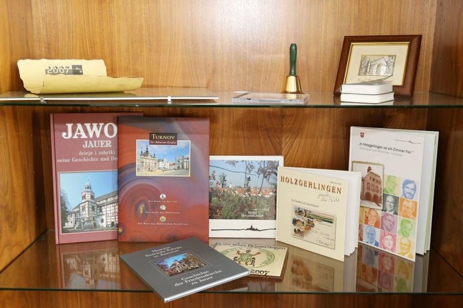 Bücher, die die Geschichte der jeweiligen Region erzählen, bilden die vielleicht größte Gruppe unter den Gastgeschenken aus den Partnerstädten.