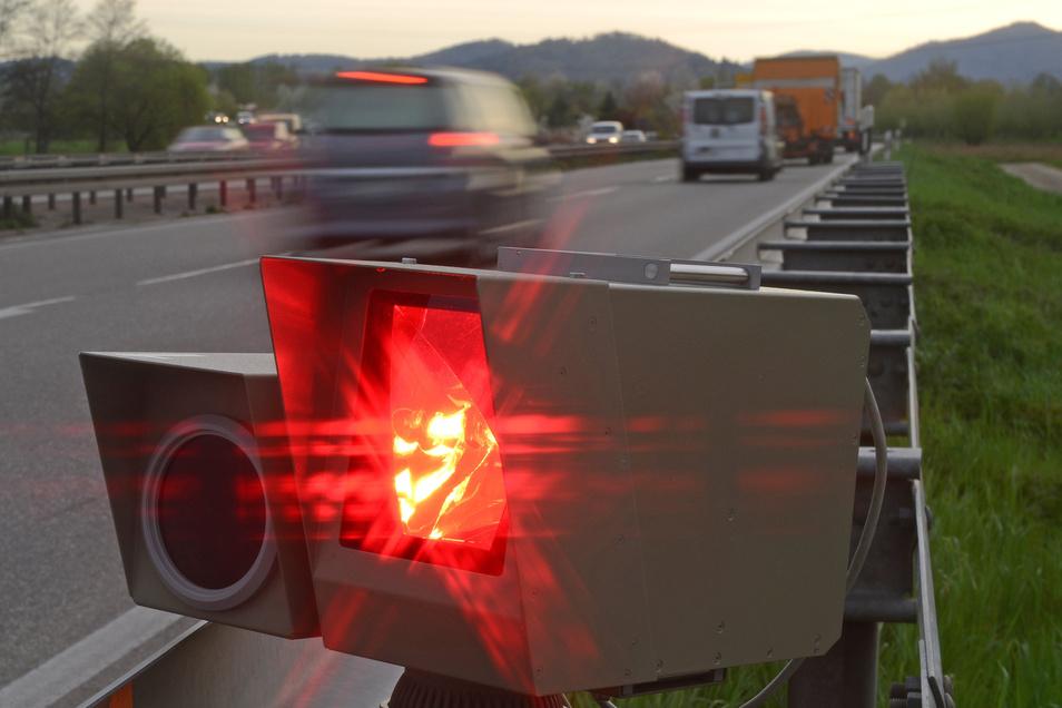 Wer mit Tempoüberschreitungen geblitzt wird, soll künftig härter bestraft werden. Punkte in Flensburg gibt es schon ab 16 Stundenkilometern zu viel.