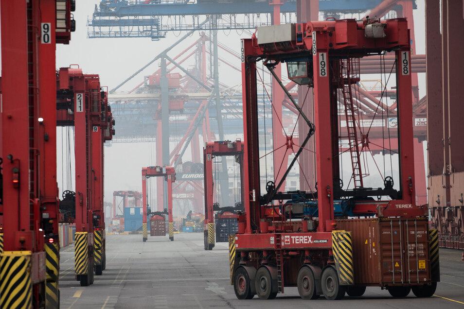 Van Carrier sind bei der Be- und Entladung auf dem Terminal Eurokai im Hafen Hamburg unterwegs.