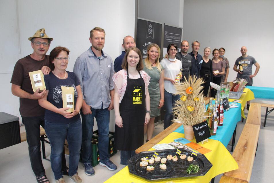 Nur fürs Foto sind die Teilnehmer an der ersten Marktschwärmerei in Bautzen etwas zusammengerückt und haben die Masken abgenommen. Cindy Schütz (mit Schürze) organisiert den etwas anderen Wochenmarkt.