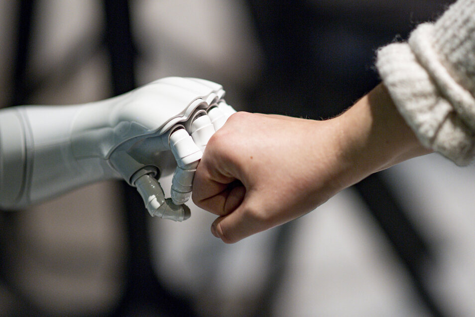 """Das sächsische Kultusministerium bereitet Werken-Lehrer derzeit in Weiterbildungen auf die praktische """"Begegnung mit Robotern und Automaten"""" vor."""