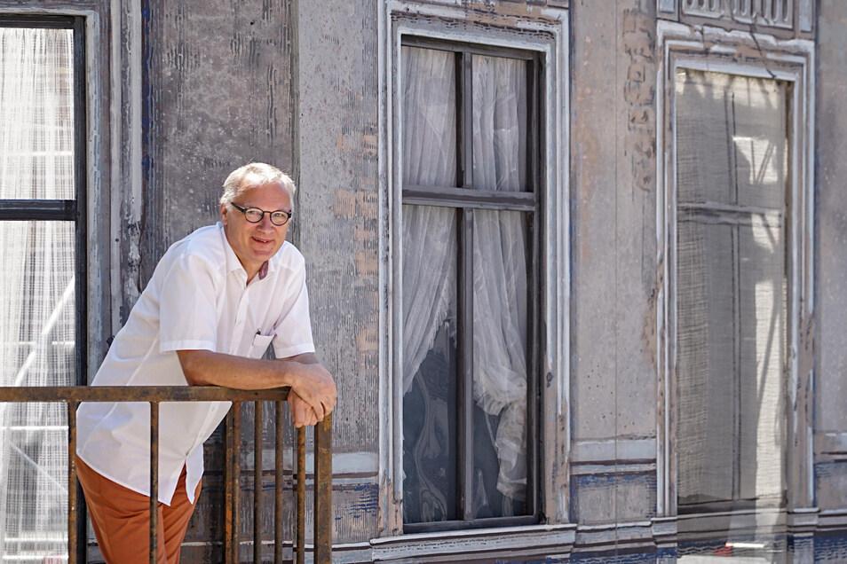 """Kein Fenster ohne Gardine: Der Bautzener Theatersommer 2019 spielt """"Am kürzeren Ende der Sonnenallee"""". Intendant Lutz Hillmann führt Regie."""