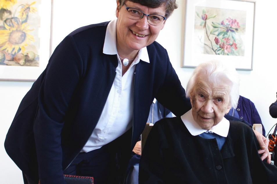 Oberin Schwester Esther Selle (l.) gratulierte Schwester Margarete zum Ehrentag.