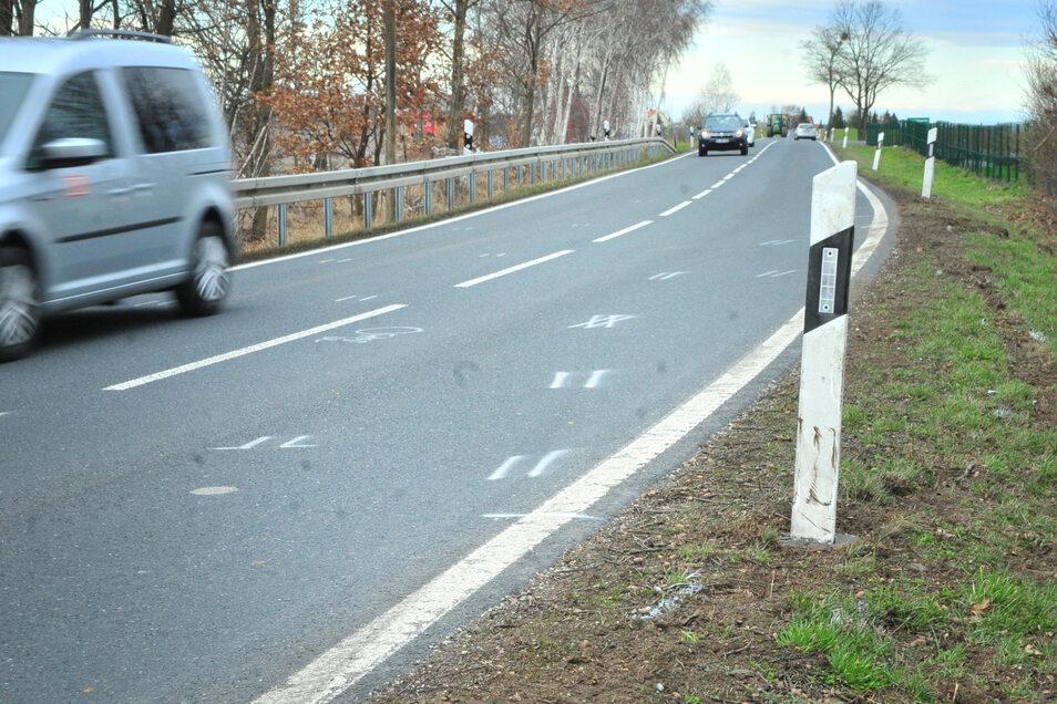 Am Tag nach dem tödlichen Autounfall zwischen Zschauitz und Lenz zeigen nur noch die Markierungen den Unfallhergang. Die leichte Kurve am Berg ist tückisch, trotzdem überholt hier mancher ohne die geringste Einsicht.