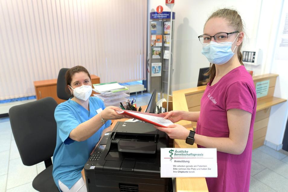 In der hausärtzlichen Bereitschaftspraxis im Zittauer Krankenhaus müssen Schwester Katrin (l.) und Schwester Nadine oft auf Patienten warten.