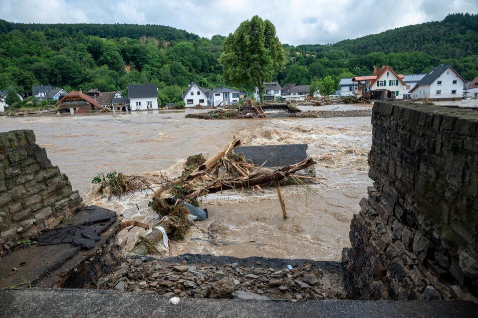 Rheinland-Pfalz, Schuld: Die zerstörte Brücke in dem Ort im Kreis Ahrweiler nach Unwetter und Hochwasser.