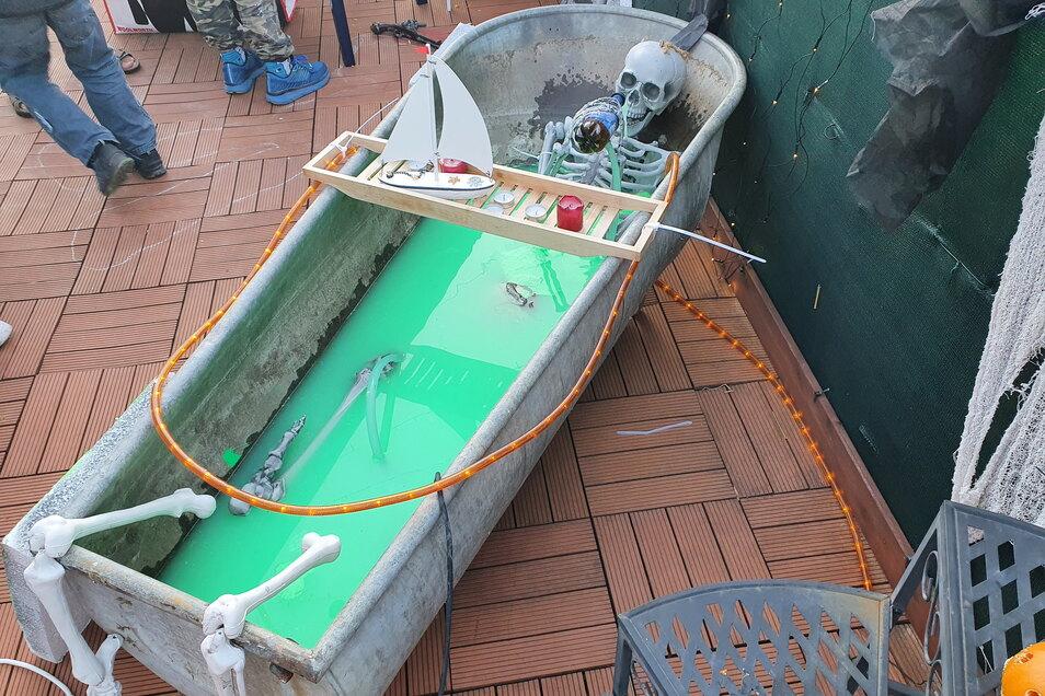 Ein Skelett mit Bierflasche in der Zinkwanne hat nicht jeder auf seiner Terrasse.