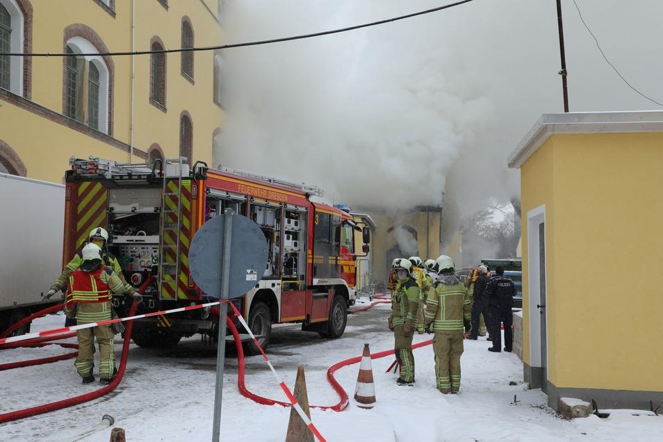40 Feuerwehrleute sind im Einsatz, um den Brand in der Werkstatt zu löschen.