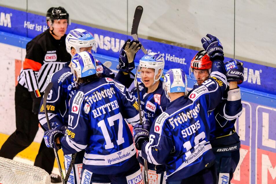 Ein gutes Omen? Den letzten Sieg bejubelten die Dresdner Eislöwen auch in einem Derby – gegen Crimmitschau.