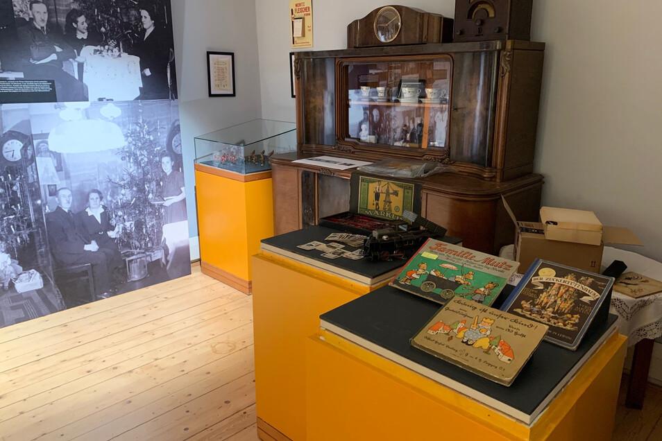 Nachgebautes Wohnzimmer mit Spielzeug: Erinnerungen an eine Kindheitsidylle.
