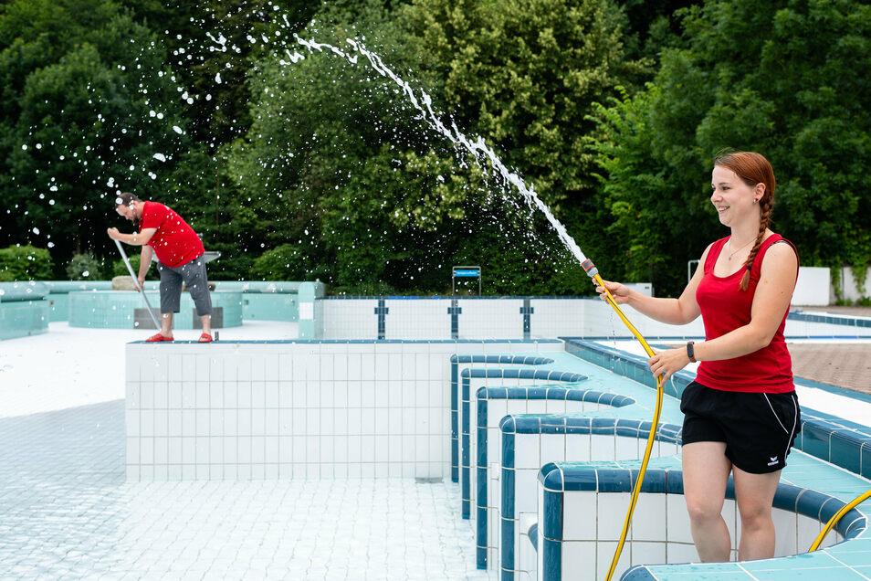 Wasser marsch! Linda Arnold und ihre Kollegen vom Kräutervitalbad in Sebnitz wollen in wenigen Tagen die erste Gäste begrüßen.