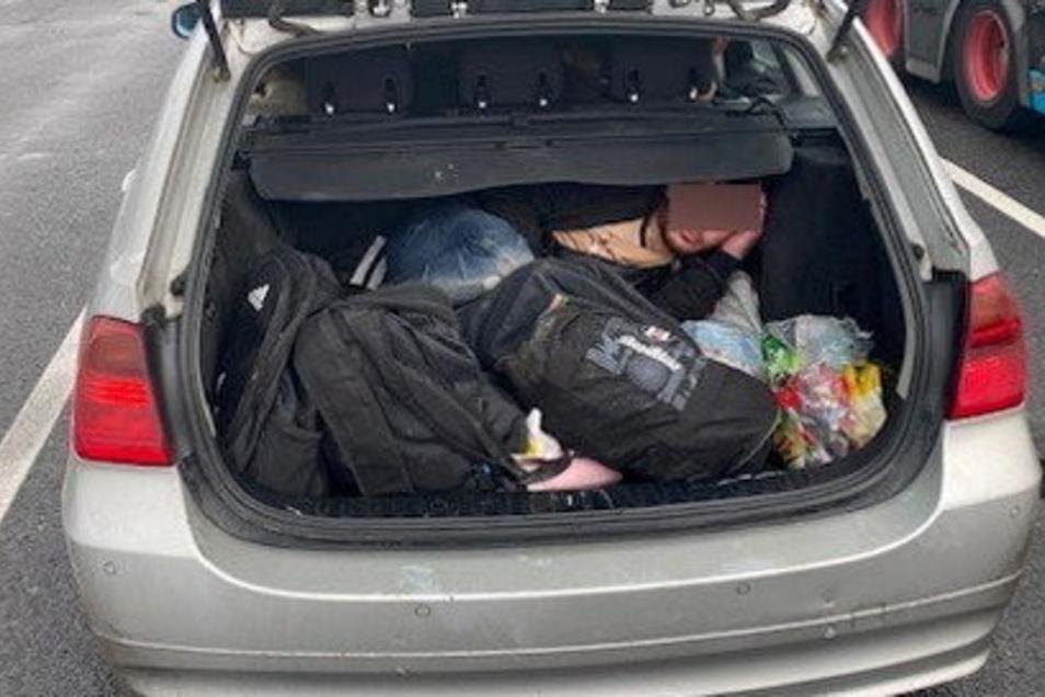 Ein Flüchtling verbirgt sich in einem Kofferraum. Ein Foto, das die Bundespolizei Ludwigsdorf zur Verfügung stellte.