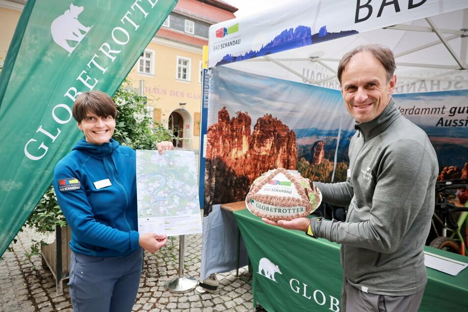 Gundula Strohbach und Rainer Jäpel sind die beiden Organisatoren der Globetrotter-Wandertage. Zum Abschluss gab es eine Torte.