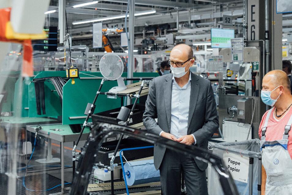 Ralf Brandstätter, CEO der Marke Volkswagen, lässt sich im Werk Zwickau zum Start der Serienproduktion des ID.4 die Fertigungslinie im Bereich Türmontage erklären.