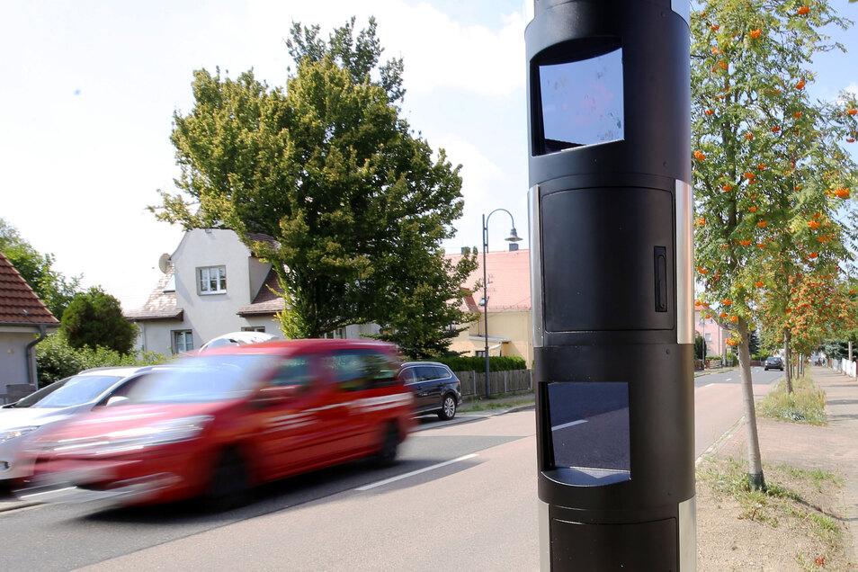 Dieser Blitzer in Radeberg verwendet Messtechnik, die juristisch umstritten ist. Im Saarland darf damit nicht mehr geblitzt werden. Im Landkreis Bautzen aber schon.