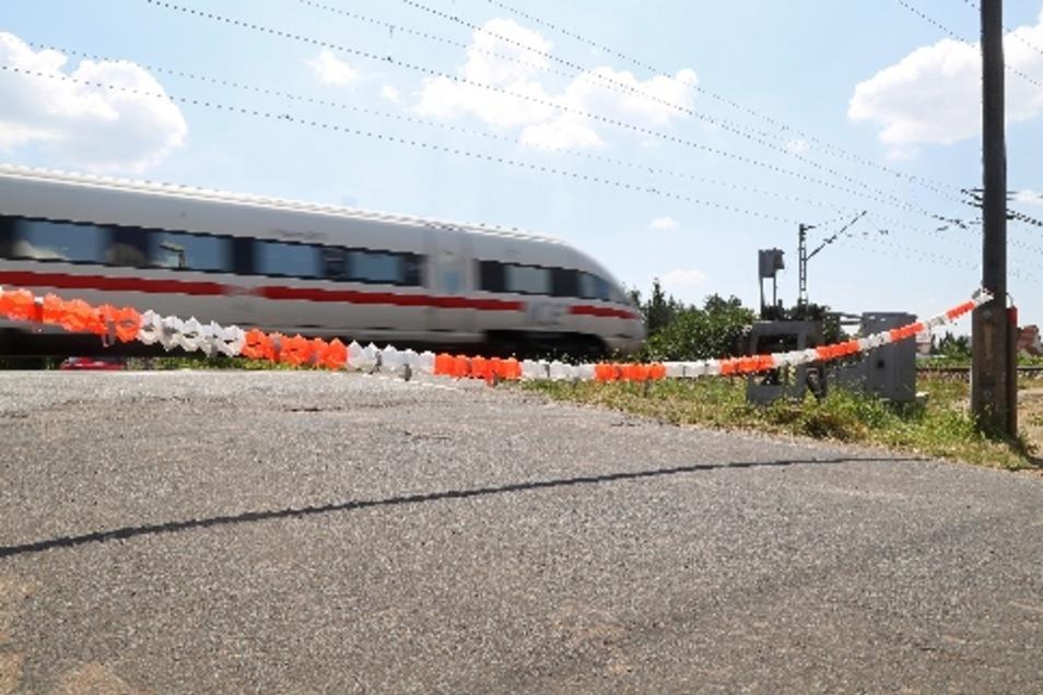 Momentan versperrt ein Sicherheitsband den Weg über die Bahnschranke in Röderau. Ein Lkw hat eine Seite der Anlage am Freitag zerstört. Deshalb muss nun ein Sicherungsposten den Verkehr regeln.
