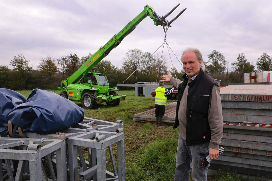 André Sarrasani hat den Aufbau seines Zeltes in Dresden erneut gestartet.