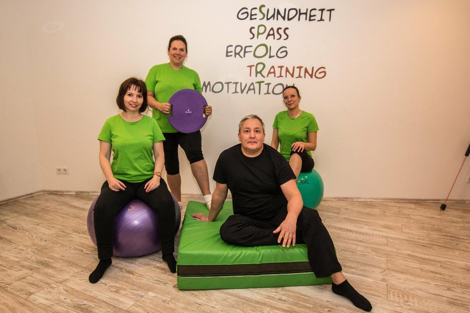 """Karsten Braun (2. von rechts) sowie Yvonne Herrmann (von links), Linda Kretzschmar-Pohlers und Denise Braun bilden das Team der """"Physiotherapie im Capitol""""."""