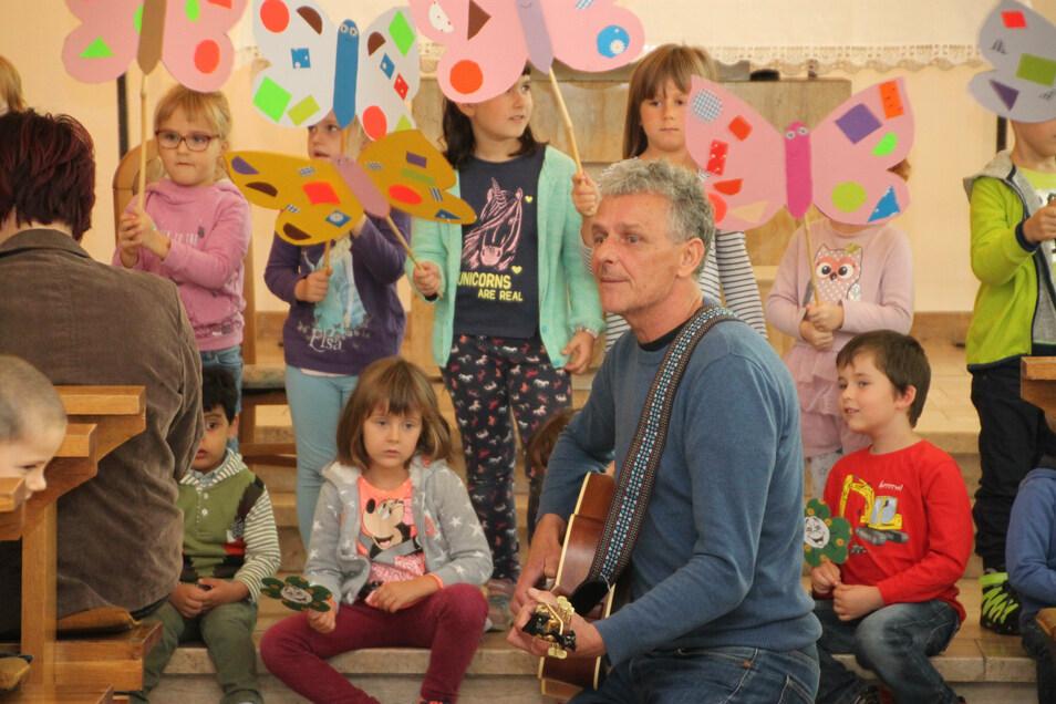 Wie schon im vergangenen Jahr in Großenhain, so will Liedermacher Olaf Schechten auch in diesem Jahr Kinder und Eltern beim Eröffnungsfest in der katholischen Kirche Meißen am Sonnabend begeistern.