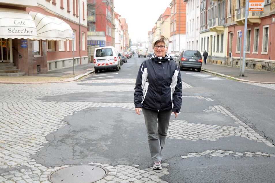 Das Archivfoto zeigt die Cöllner Geschäftsfrau Sigi Lässig auf der schon seit Jahren arg ramponierten Kurt-Hein-Straße. Jetzt soll der Missstand angegangen werden.