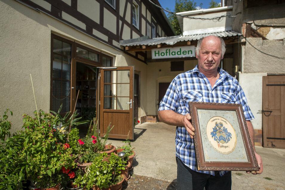Landwirt Frank Büttner stammt aus einer Familie, die ein historisches Familienwappen besitzt.