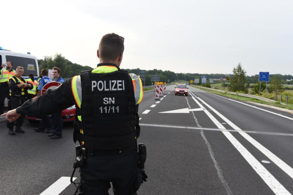Ein defekter Laster wurde von der Polizei aus dem Verkehr gezogen. (Symbolbild)
