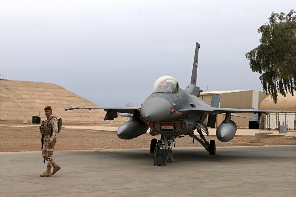 Ein irakischer Soldat steht auf der Luftwaffenbasis Balad neben einem irakischen F-16 Kampfjet.