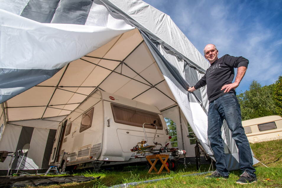 Heiko Sauerborn aus Oelsnitz hat seinen Wohnwagen mit einem Zelt drüber für den Winter fit gemacht.
