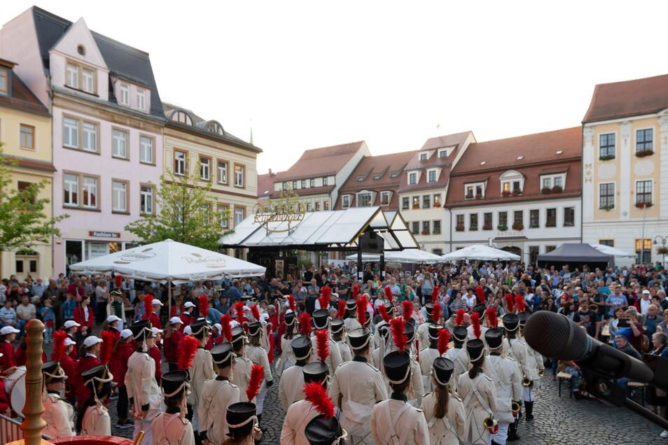 Schon vor der offiziellen Eröffnung genossen hunderte Besucher die Atmosphäre auf dem Marktplatz.