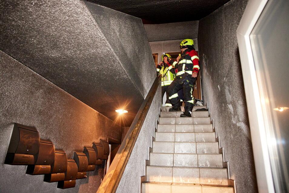 Stark verrußtes Treppenhaus: Die Bewohner mussten in Notunterkünfte unterkommen.