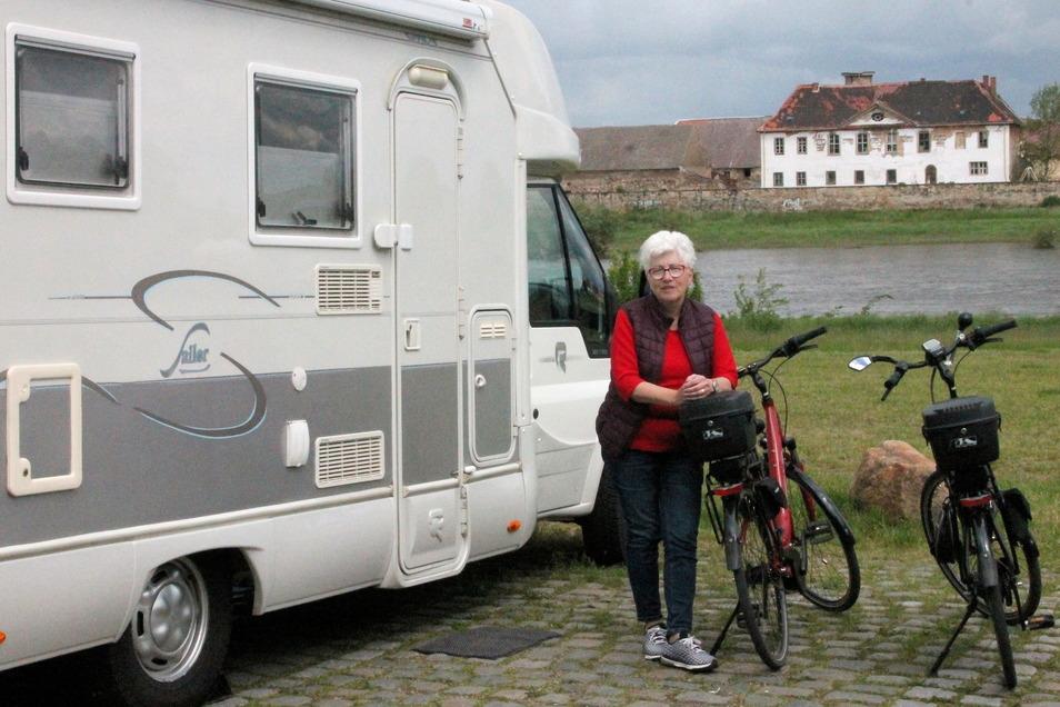 Frau Wittig ist mit ihrem Ehemann aus der Nähe von Bad Düben nach Riesa gekommen. Im Hintergrund: die Elbe und Schloss Promnitz.