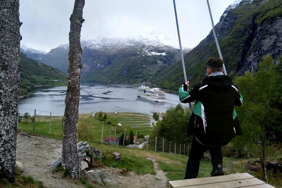 Ein Muss für Nordkap-Fahrer: die Schaukel über dem Geiranger-Fjord, auf dessen Wasser derweil die Aida liegt.