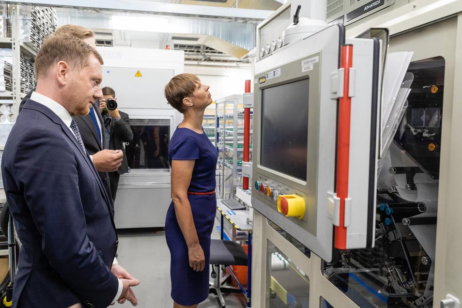 Die estnische Präsidentin Kersti Kaljulaid besuchte im Juni 2020 die estnisch-deutsche Firma Skeleton in Großröhrsdorf. Das Unternehmen erhalt nun eine Millionenförderung für seine innovativen Ultrakondensatoren.