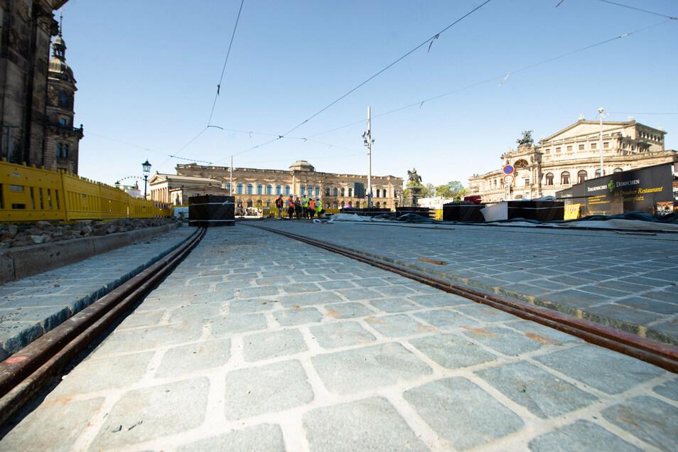 An der Haltestelle vor der Hofkirche ist das geschnittene Natursteinpflaster schon eingebaut.