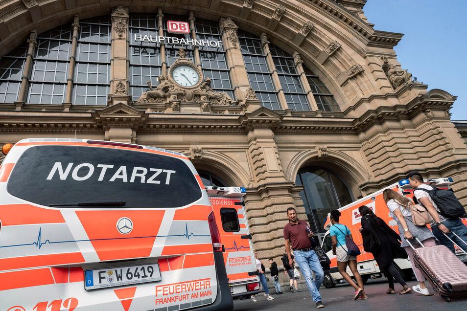Ein Notarztwagen steht am Montagvormittag vor dem Frankfurter Hauptbahnhof.